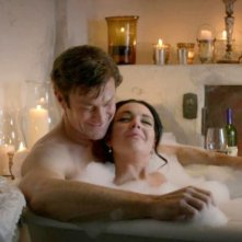 Lindsay Lohan e Grant Bowler in Liz and Dick: una scena d'amore