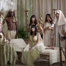 Lindsay Lohan in Liz and Dick, vestita come la Taylor sul set di 'Cleopatra', circondata da ancelle