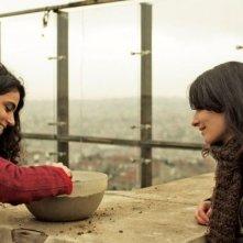 Present tense: Sanem Öge e Şenay Aydin in una scena del film