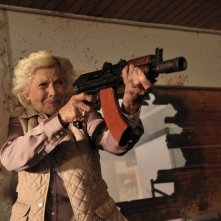 Cockneys vs. Zombies: Honor Blackman spara ai nemici non morti