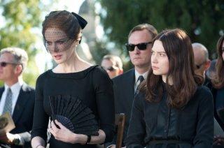 Stoker: Mia Wasikowska e Nicole Kidman nella scena del funerale