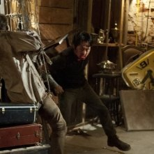 The Walking Dead: Steven Yeun alle prese con un Errante in una scena dell'episodio Infiltrati