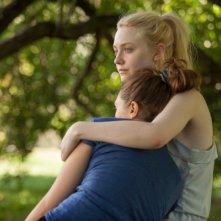 Very Good Girls: un abbraccio tra Dakota Fanning ed Elizabeth Olsen
