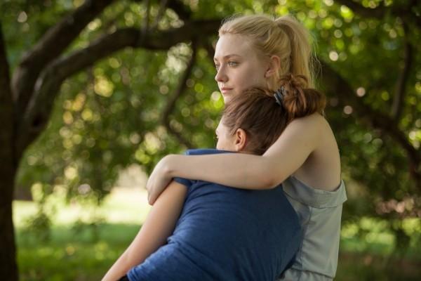 Risultati immagini per abbraccio tra due amiche