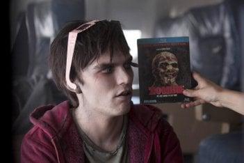 Warm Bodies: Nicholas Hoult a confronto con il Dvd di Zombie di Lucio Fulci