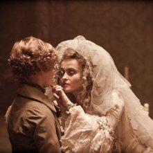 Grandi speranze: Helena Bonham Carter col il piccolo Toby Irvine in una scena