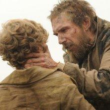 Grandi speranze: Ralph Fiennes nei panni di Magwitch in una scena insieme a Toby Irvine