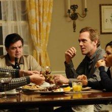 Scusa, mi piace tuo padre: Hugh Laurie, Oliver Platt e Leighton Meester a tavola in una scena