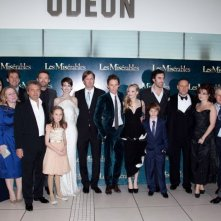 Les Misérables: foto di gruppo per il cast del film sul red carpet durante la premiere di Leicester Square