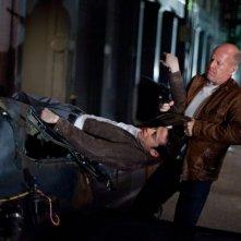 Bruce Willis cattura Joseph Gordon-Levitt in una scena di Looper