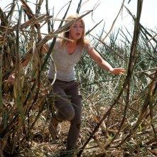 Emily Blunt in fuga tra le sterpaglie in una scena di Looper