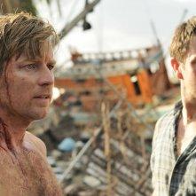 Ewan McGregor e Dominic Power in una scena di The Impossible