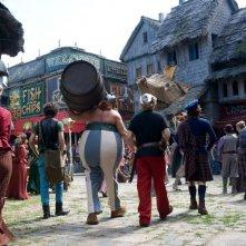 Gérard Depardieu e Edouard Baer di spalle in una scena del film Asterix e Obelix al servizio di sua maestà: