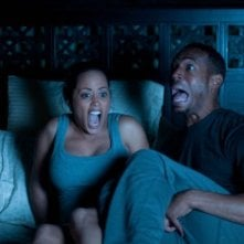 Ghost Movie: Marlon Wayans ed Essence Atkins in preda al panico notturno in una scena