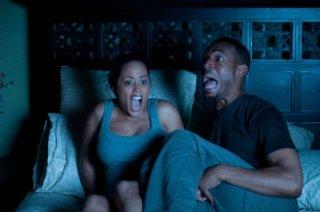Ghost Movie: Marlon Wayans ed Essence Atkins in preda al panico notturno in una scena