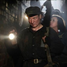 In Darkness: Robert Wieckiewicz in una scena notturna del film