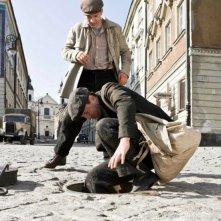 In Darkness: Robert Wieckiewicz si cala in un tombino in una scena del film