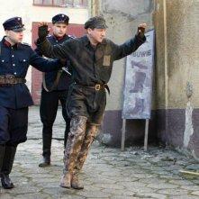 In Darkness: Robert Wieckiewicz viene arrestato in una scena del film