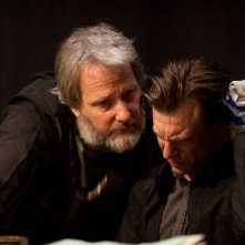 Jeff Daniels e Noah Segan in una scena di Looper