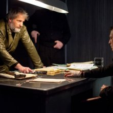 Jeff Daniels insieme a Noah Segan in una scena di Looper