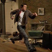 Joseph Gordon-Levitt tenta la fuga in una scena di Looper