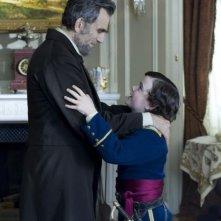 Lincoln: Daniel Day-Lewis insieme al piccolo Gulliver McGrath in una scena del film
