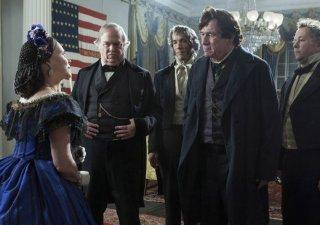 Lincoln: Sally Field insieme a Tommy Lee Jones in una scena del film