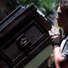 The Ghostmaker: Aaron Dean Eisenberg solleva una bara in una scena del film