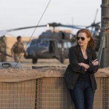 Operazione Zero Dark Thirty: Jessica Chastain nel deserto in un'immagine del film