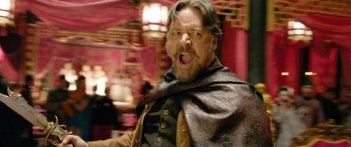 L'uomo con i pugni di ferro: Russell Crowe in una scena d'azione del film