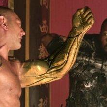L'uomo con i pugni di ferro: RZA e Dave Bautista in una scena del film