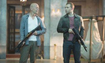 Bruce Willis e Jai Courtney in una scena di Die Hard - Un buongiorno per morire