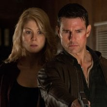 Tom Cruise e Rosamund Pike in una concitata scena di Jack Reacher - La prova decisiva