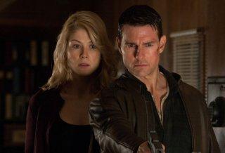 Tom Cruise e Rosamund Pike in una concitata scena di Jack Reacher - La prova decisiva