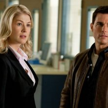 Tom Cruise e Rosamund Pike in una scena di Jack Reacher - La prova decisiva