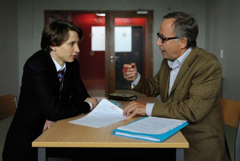 Ernst Umhauer insieme a Fabrice Luchini in una scena del dramma Dans la Maison