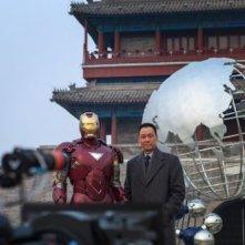 Iron Man 3: Wang Xuequi e Robert Downey Jr. in una scena del film