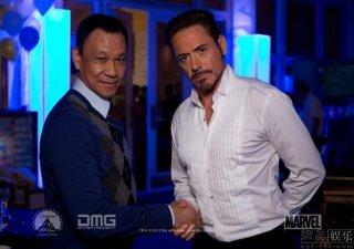 Iron Man 3: Wang Xuequi e Robert Downey Jr. in un'immagine promozionale