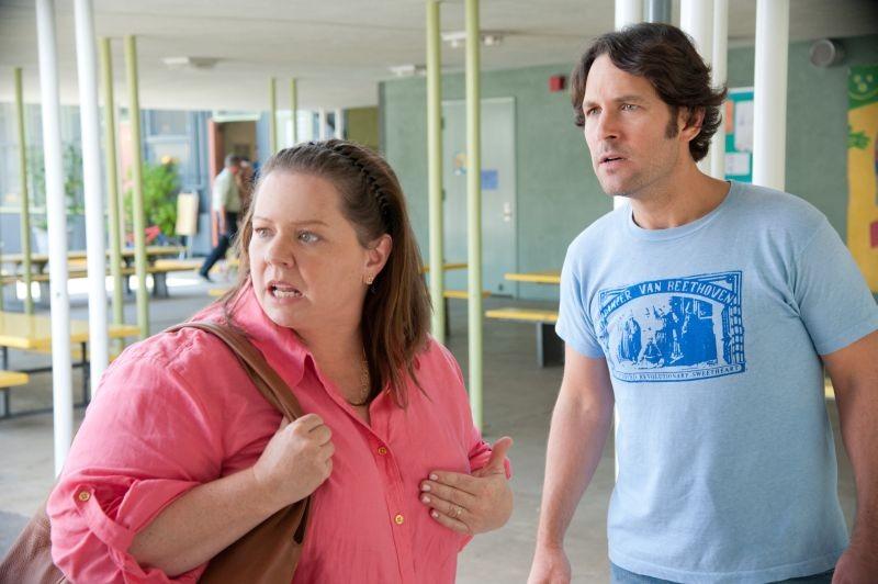 Melissa McCarthy e Paul Rudd in una scena di Questi sono i 40