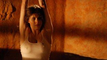 Non aprite quella porta 3D: Alexandra Daddario prigioniera in una scena del film