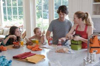 Paul Rudd, Leslie Mann e le vere figlie dell'attrice, Iris e Maude, in una scena di Questi sono i 40