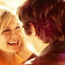 Upside Down: Kirsten Dunst sorride a Jim Sturgess in una delle prime immagini del film