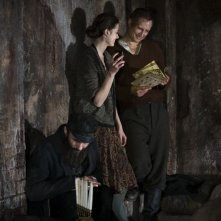 In Darkness: Agnieszka Grochowska e Benno Fürmann in una scena del film