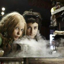Marta Martin e Laura Roge sono alle prese con i vapori di un rituale in Die Vampirschwestern
