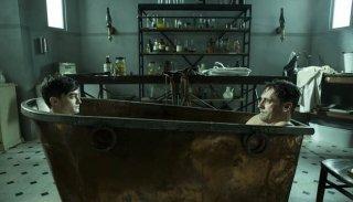 A Young Doctor's Notebook: Jon Hamm e Daniel Radcliffe in una scena della serie