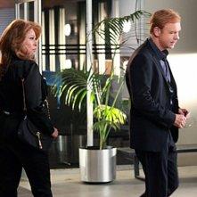 CSI Miami: David Caruso con Raquel Welch in un momento dell'episodio Segreto di famiglia della decima stagione