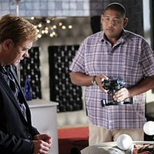 CSI Miami: David Caruso e Omar Benson Miller in una scena dell'episodio Poker e morte della decima stagione