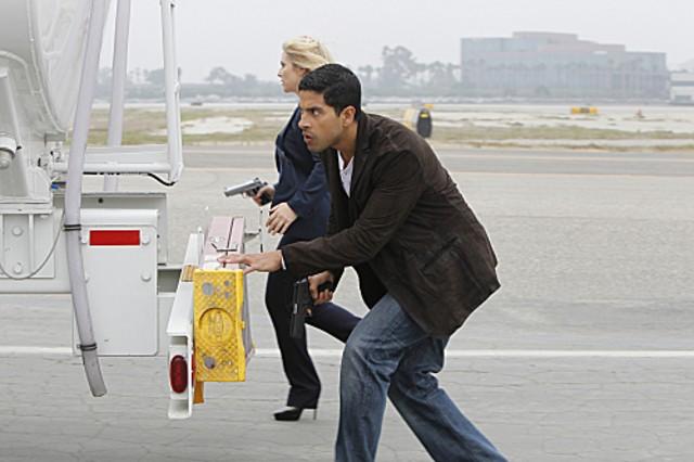 Emily Procter Con Adam Rodriguez In Un Momento Dell Episodio Col Passare Del Tempo Della Decima Stag 262102