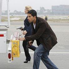 Emily Procter con Adam Rodriguez in un momento dell'episodio Col passare del tempo della decima stagione di CSI Miami