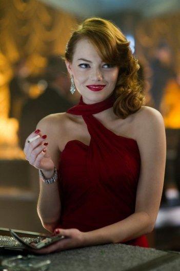 Gangster Squad: la bellissima Emma Stone in rosso in una scena del film